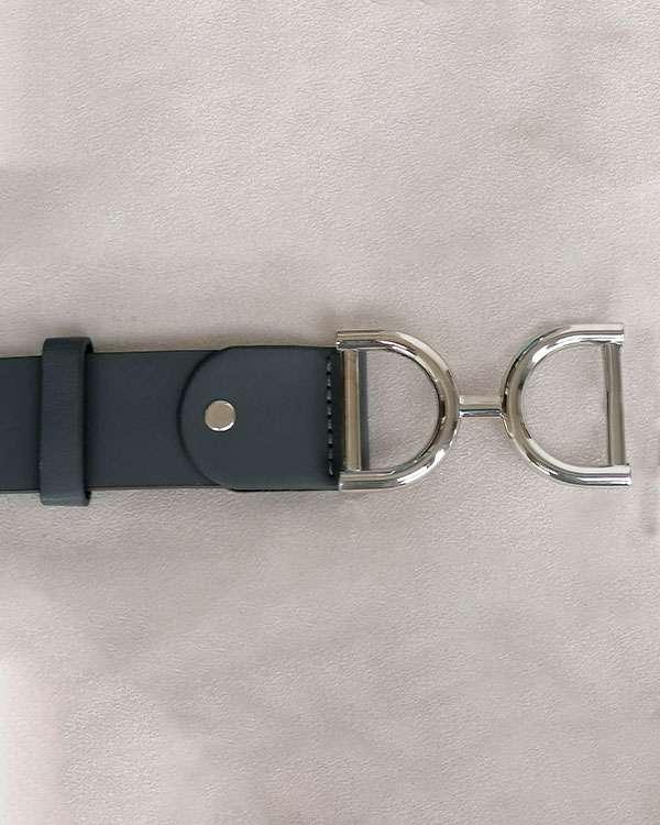 detalle-cinturon-espuelas-gris